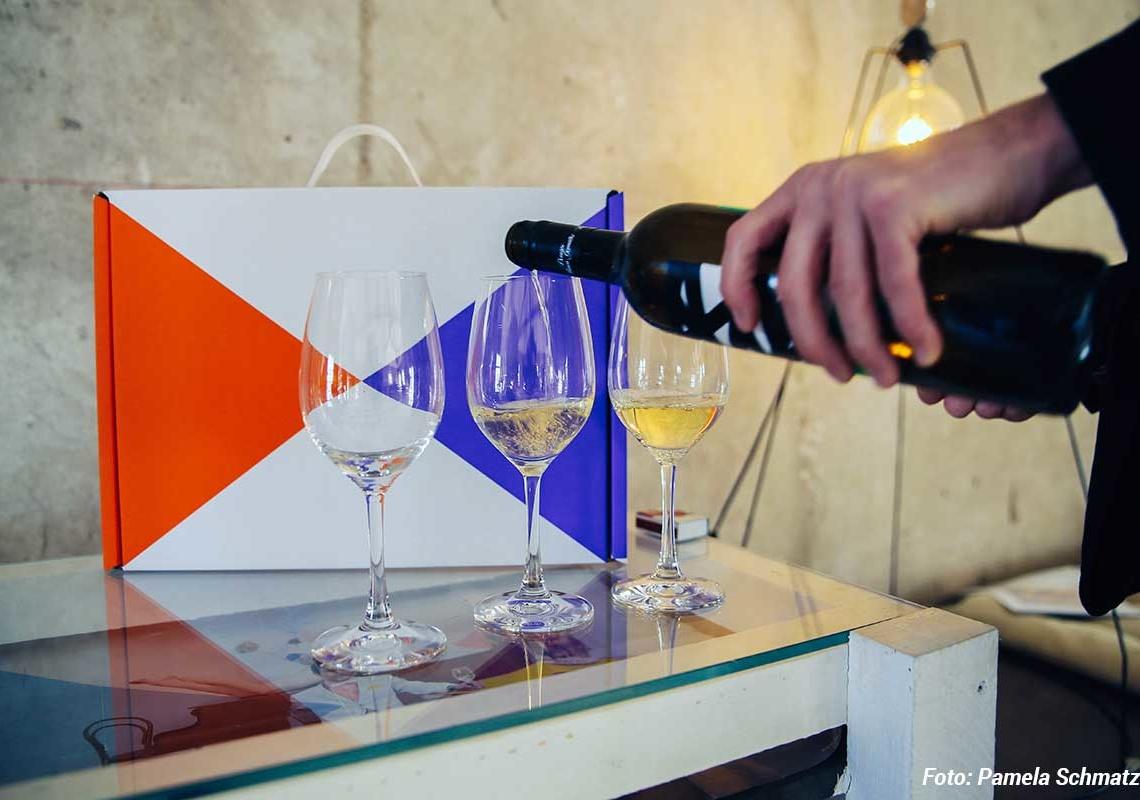Abothek-Weinfrühling-Flasche-Glaeser-Foto-Pamela-Schmatz_web