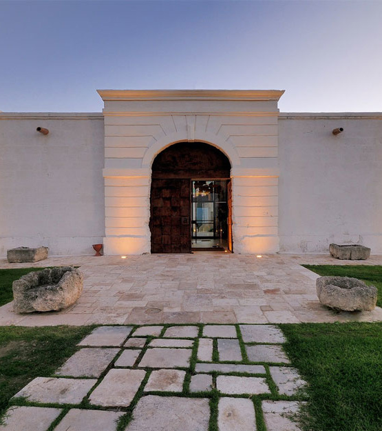 Weinabo-Abothek-September-2019-Sommerglueck-Apulien-Amastuola-Primitivo-Masseria-Resort-Eingang_web